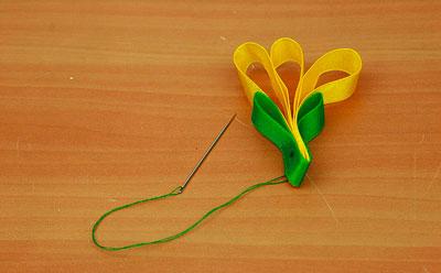 делаем цветок из лент